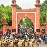 AMU की दास्तान: पुलिस ने लगाई हॉस्टल में आग, छात्रों से कहा बोलो जय श्री राम