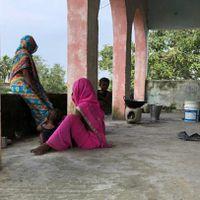 बिहार से ग्राउंड रिपोर्ट: घर डूब गया तो भैंस समेत स्कूल की पहली मंज़िल पर ऐसे रह रहा है ये परिवार